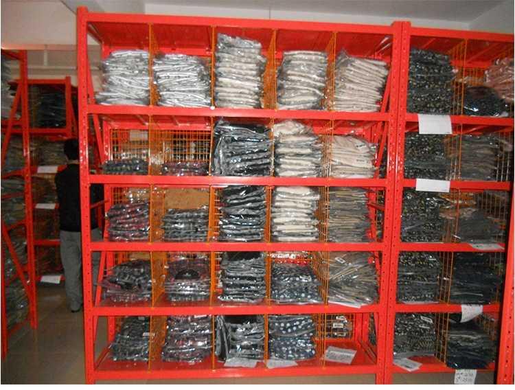 服装货架通常是人工存取货的方式,组装式结构,层间距均匀可调。货架按每层的载重量可分为轻、中、重型搁板式货架,层板主要分为钢层板,木层板两种。多种样式为客户带来全新的存储选择。也方便仓库的理货与分类,仓库整齐划一。 服装网架货架特点: 组装式结构,可调节,拆装易 服装网架货架为主副架结构,主架主要是由立柱片,横梁、层板、背网及层间隔网组成;主架有两个立柱片,而副架只有一个立柱,所以副架必须依附在主架上使用。立柱表面采用独特蝴蝶孔设计安装时不用螺丝和焊接,插接式组合,直接将横梁上的挂件往蝴蝶孔下压就即可。除顶